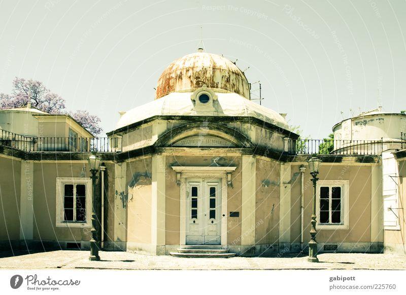 es steht in den Sternen Lissabon Haus Mauer Wand Fassade Fenster Tür Dach Sehenswürdigkeit Denkmal Observatorium alt trashig klug Verfall Vergangenheit