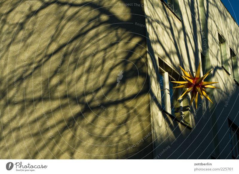 Stern, zum Teil verschattet Weihnachten & Advent Haus Wand Fenster Architektur Mauer Gebäude Stimmung Fassade Ecke Dekoration & Verzierung Bauwerk Zeichen