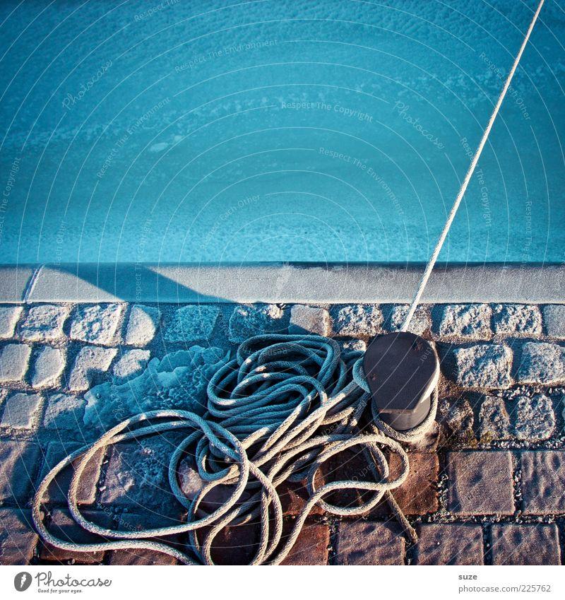 Kai, Poller und Tau halten fest Meer Seil Eis Frost Seeufer Hafen festhalten kalt blau Pflastersteine Kopfsteinpflaster Anlegestelle Wasser befestigen Farbfoto