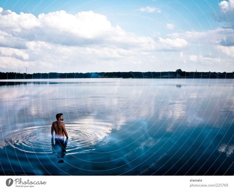 blau kitsch Mensch Himmel Mann Jugendliche Wasser Sommer Ferien & Urlaub & Reisen Wolken ruhig Einsamkeit Ferne Erholung Landschaft träumen Erwachsene See