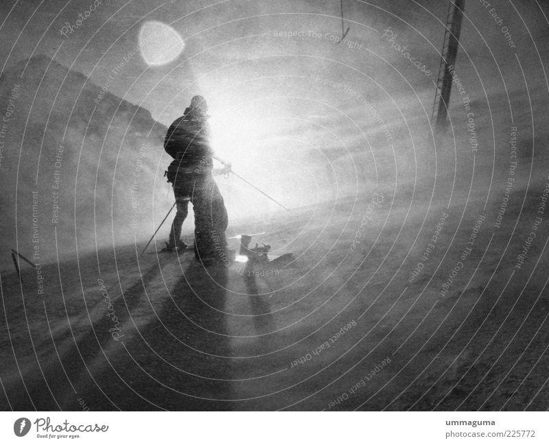 graustufenwetter Mensch Winter kalt Schnee Berge u. Gebirge Eis Wind Ausflug Abenteuer Frost Blendenfleck Schneesturm Schwarzweißfoto Extremsport