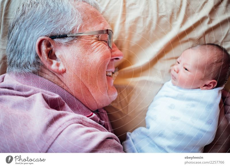 Neugeborenes Baby, welches die Welt erfährt Kind schön weiß Hand Erholung Gesicht Liebe Junge klein träumen Kindheit Haut Lächeln Fröhlichkeit niedlich