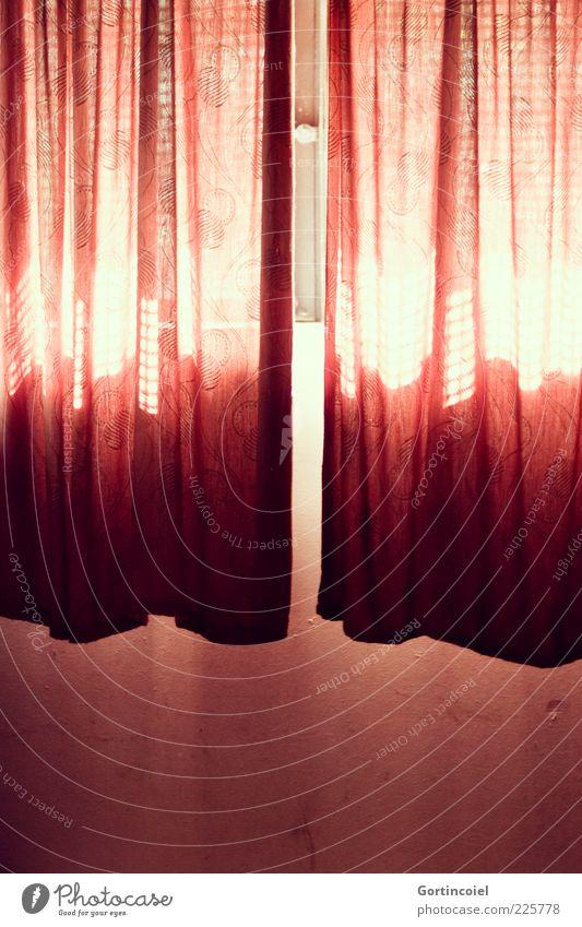 Hier kommt die Sonne rot Wand Fenster Mauer Lampe hell Stoff Vorhang hängen Lichtspiel Lichteinfall Farbe durchleuchtet Kellerfenster