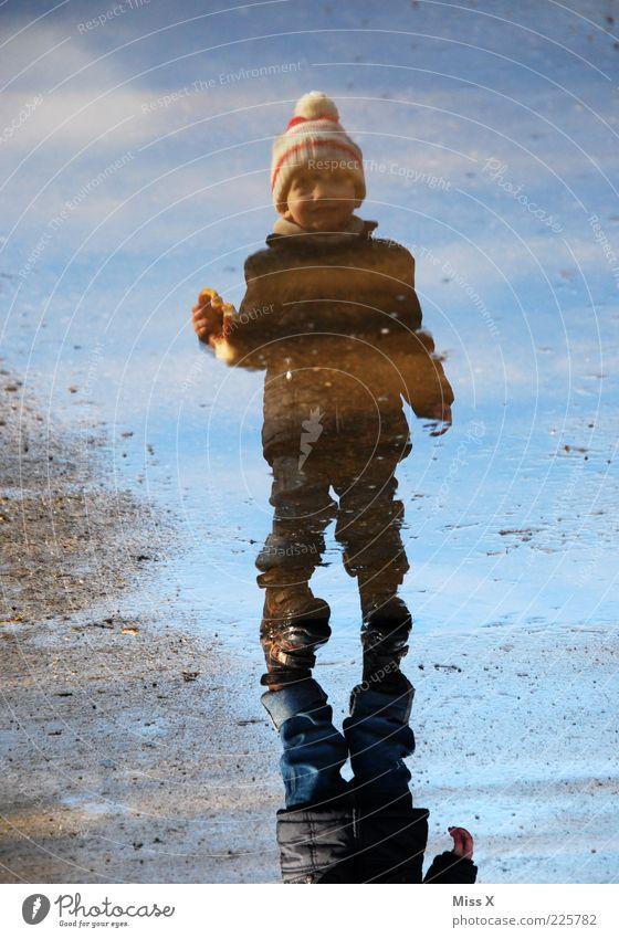 Schatz mit Brezel und Bömmelmütze Mensch Kind Kleinkind Junge Kindheit 1 1-3 Jahre Wasser Herbst Winter schlechtes Wetter Regen Küste Gummistiefel Mütze Lächeln