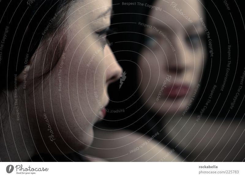 halt dich an mir fest. Jugendliche schön dunkel feminin Traurigkeit Erwachsene Freundschaft Zusammensein ästhetisch Kommunizieren Schutz beobachten Vertrauen