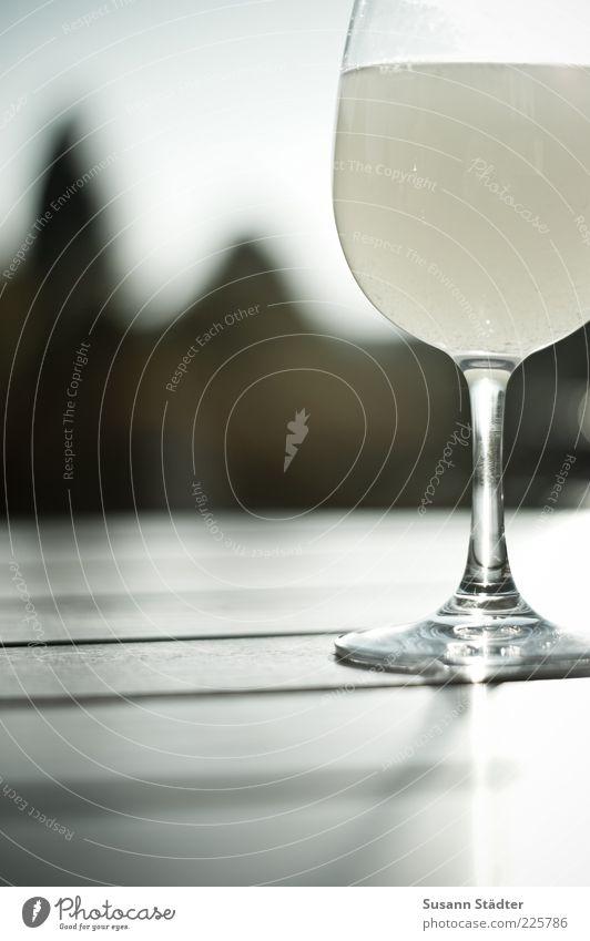 0,2 Getränk Limonade Wein Sekt Prosecco Flüssigkeit Alkohol Weinglas Holztisch sommerlich Außenaufnahme Nahaufnahme Detailaufnahme Reflexion & Spiegelung
