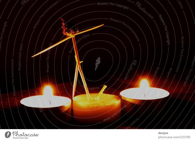 Burning Man Feuer Kerze Holz leuchten skurril Atmosphäre Farbfoto Innenaufnahme Experiment Nacht Schatten Kontrast Langzeitbelichtung Zahnstocher Bastelmaterial