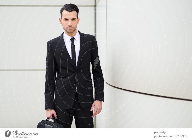 junger Geschäftsmann in der Nähe eines Bürogebäudes Glück schön Haare & Frisuren Beruf Business Mensch maskulin Junger Mann Jugendliche Erwachsene 1 18-30 Jahre