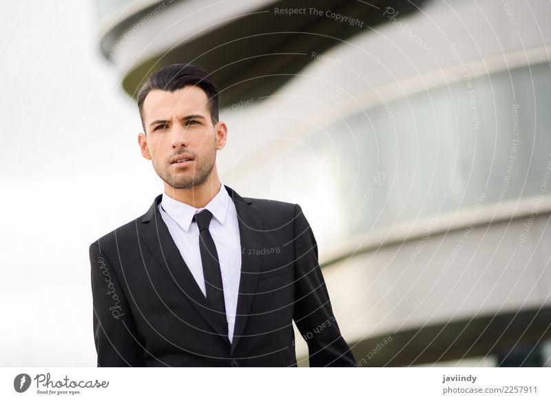 junger Geschäftsmann in der Nähe eines Bürogebäudes Glück schön Haare & Frisuren Erfolg Beruf Business Mensch maskulin Junger Mann Jugendliche Erwachsene 1
