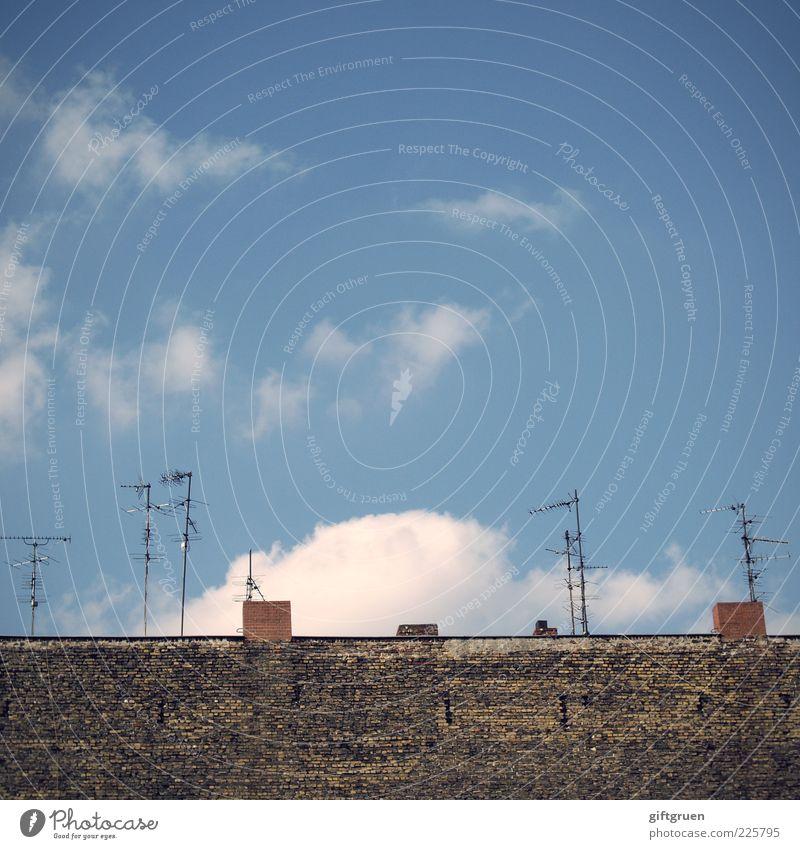 empfangskomitee Himmel alt Wolken Haus Wand Mauer Gebäude Technik & Technologie Dach Telekommunikation Bauwerk Schornstein Antenne altmodisch technisch veraltet