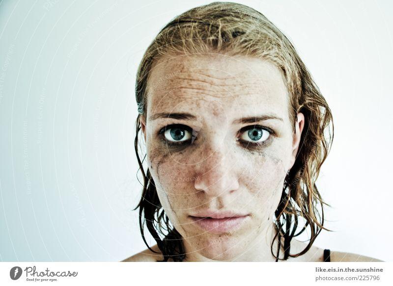 Toujours la tristesse Mensch Jugendliche Einsamkeit Gesicht Auge feminin Kopf Haare & Frisuren Traurigkeit Erwachsene blond nass Trauer Schminke Verzweiflung