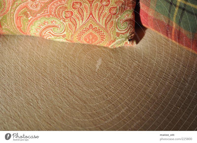Kissen auf Sofa Dekoration & Verzierung Möbel Stoff Stoffmuster liegen elegant Sauberkeit weich Warmherzigkeit ruhig beige Muster kariert Farbfoto Innenaufnahme