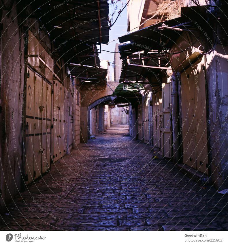 geduldig.. alt Stadt Haus Straße Wand Architektur Wege & Pfade Mauer Gebäude Stimmung Fassade historisch Gasse Altstadt Vordach