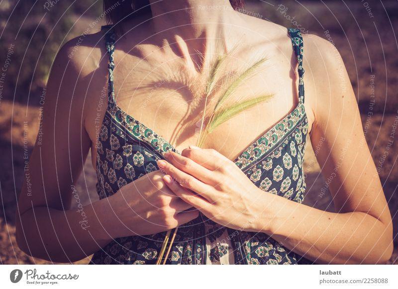 Atem Gesundheitswesen Alternativmedizin Allergie Wellness Leben Wohlgefühl Zufriedenheit Sinnesorgane Erholung ruhig Sommer Sonnenbad Frau Erwachsene Brust Hand