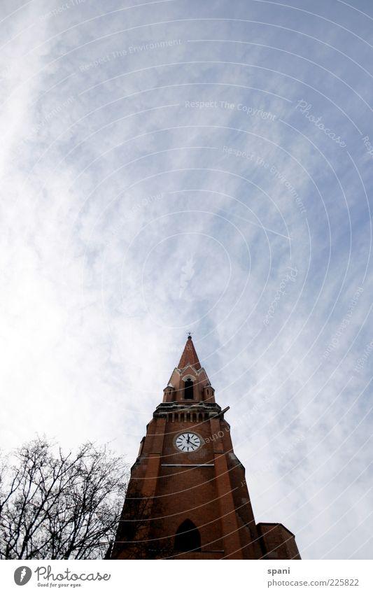 Going up Nürnberg Menschenleer Kirche Turm Bauwerk Gebäude Architektur groß rot Kirchturm Kirchturmspitze Uhr Baum Himmel Wolken Farbfoto Außenaufnahme