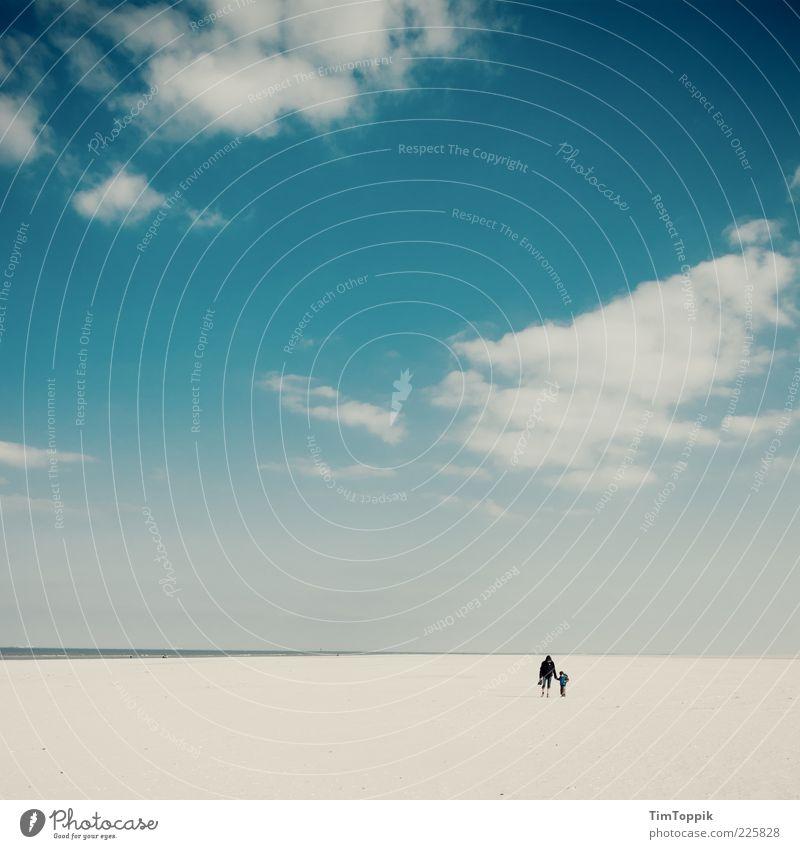 Young Mum And The Sea Kind Himmel Wasser blau Strand Meer Ferien & Urlaub & Reisen ruhig Einsamkeit Ferne Erholung Küste Familie & Verwandtschaft Horizont
