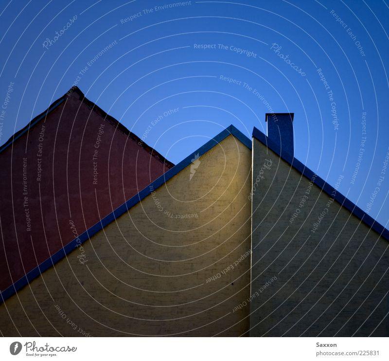 / / l \ Haus Wand Architektur Mauer Gebäude Fassade Dach Schornstein eckig Blauer Himmel Wolkenloser Himmel