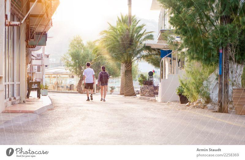 Wandern durchs Touristendorf Frau Mensch Ferien & Urlaub & Reisen Jugendliche Mann Junge Frau Junger Mann Erwachsene Straße Lifestyle feminin