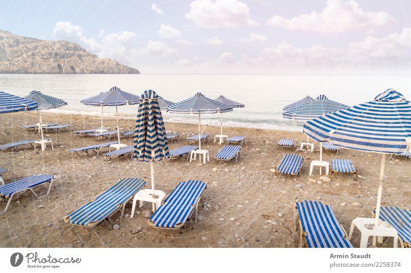 Leere Liegen am Strand Lifestyle Reichtum Stil Design harmonisch Wohlgefühl Zufriedenheit Erholung ruhig Ferien & Urlaub & Reisen Tourismus Sommer Sommerurlaub