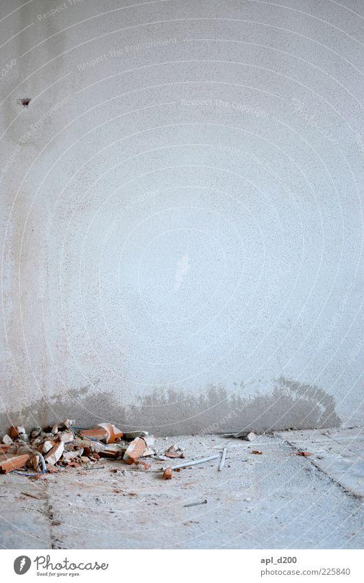 Schutt und Asche weiß Haus Wand grau Mauer Raum dreckig Beton Boden authentisch Häusliches Leben Baustelle Umzug (Wohnungswechsel) Renovieren Staub Haufen