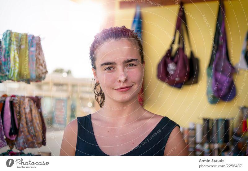 junge Frau in einem Souvenirshop Lifestyle kaufen Stil Design Freude schön Leben Wohlgefühl Freizeit & Hobby Ferien & Urlaub & Reisen Tourismus Sommerurlaub
