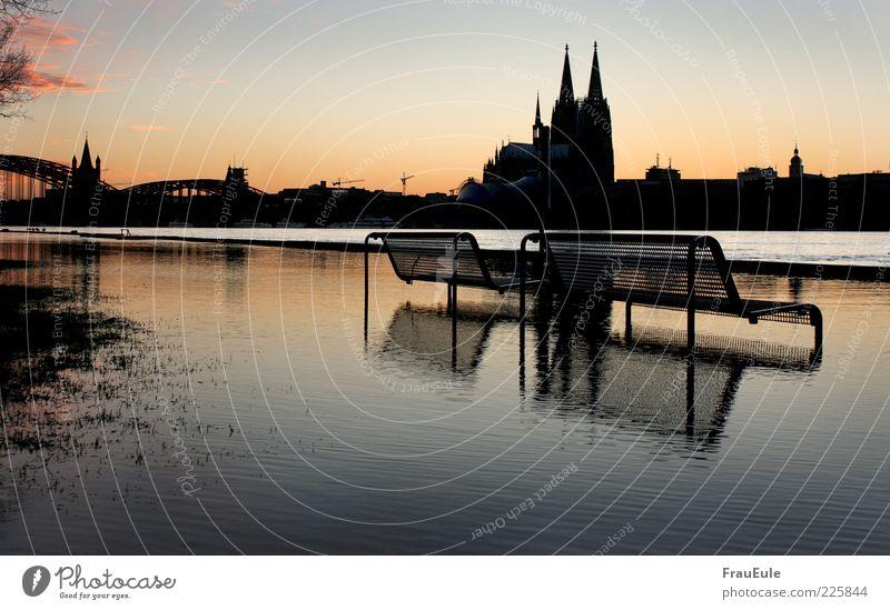 köln geht schwimmen Wasser blau Stadt Winter gelb dunkel Landschaft nass Bank Wandel & Veränderung Vergänglichkeit Skyline Unwetter Wahrzeichen Flussufer Dom