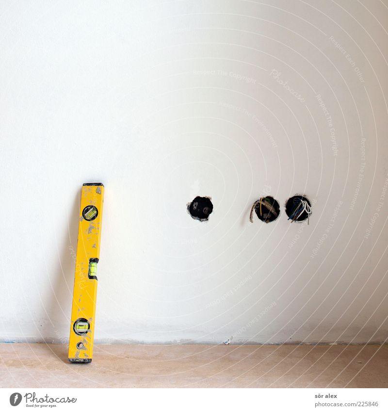 kleine Waage weiß gelb Arbeit & Erwerbstätigkeit Wand Mauer Wohnung Ordnung Elektrizität Kabel Baustelle Sauberkeit machen Handwerk Werkzeug Putz bauen