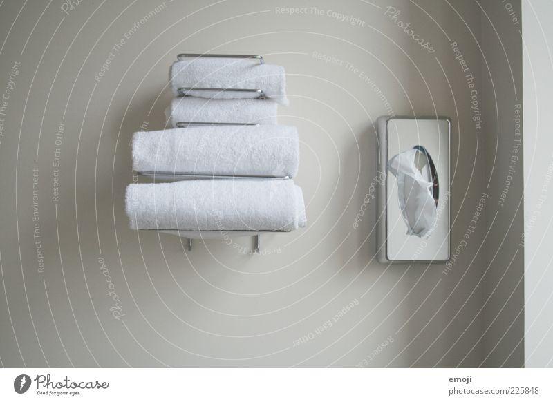Hotelimpression II weiß Wand grau Ordnung paarweise Bad Sauberkeit Kasten Körperpflege Handtuch Monochrom Körperpflegeutensilien Halterung Morgen Hotelzimmer