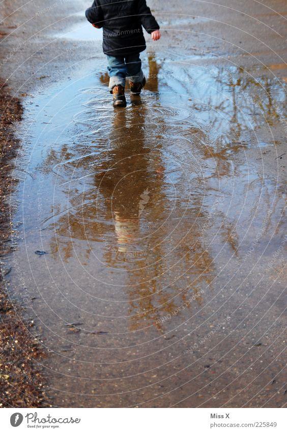 Matschen Mensch Kind Wasser kalt Spielen Herbst Regen Wetter dreckig gehen nass Kindheit Jacke Kleinkind Pfütze schlechtes Wetter