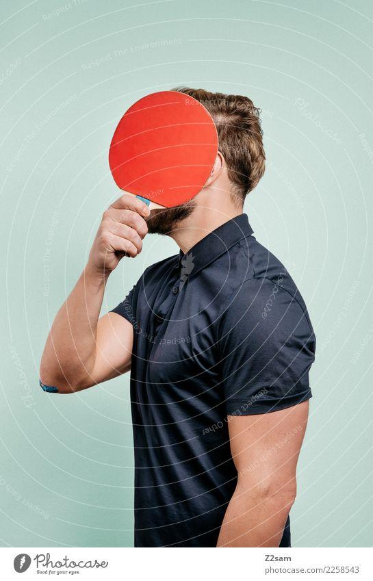 IDENTITY Lifestyle elegant Stil Tischtennisschläger maskulin Junger Mann Jugendliche 18-30 Jahre Erwachsene Skulptur Mode T-Shirt Polohemd blond festhalten