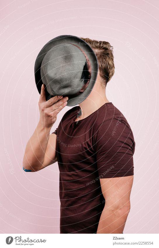 IDENTITY Lifestyle elegant Stil maskulin Junger Mann Jugendliche 18-30 Jahre Erwachsene Mode T-Shirt Hut blond festhalten träumen sportlich Coolness trendy