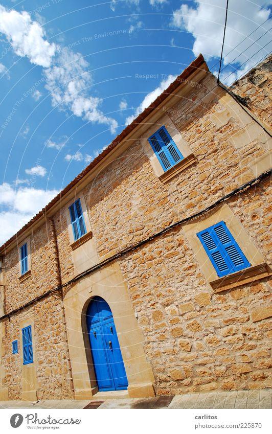 Heute blau und morgen blau und übermorgen wieder ..... Himmel alt schön Sommer Haus Fenster Wand Gebäude Mauer braun Tür geschlossen Fassade ästhetisch