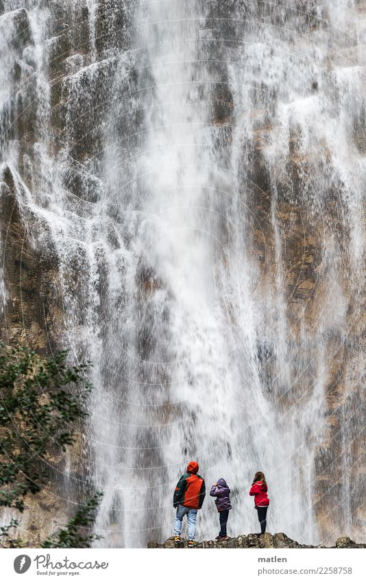 shower Mensch Mann Sommer Wasser Landschaft Baum rot Mädchen Erwachsene feminin braun Felsen Regen maskulin stehen Wasserfall