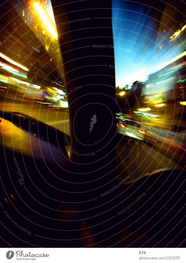 into the night Stadt Verkehr Straßenverkehr Autofahren Fahrzeug PKW leuchten Geschwindigkeit blau gelb Farbfoto mehrfarbig Außenaufnahme Menschenleer Abend
