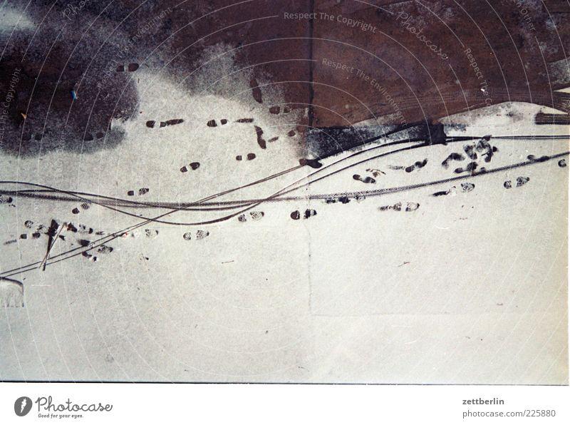 Schnee von gestern Natur Winter Eis Frost fahren Spuren Fußspur Reifenspuren Abdruck Fahrradweg Schlangenlinie Schneespur