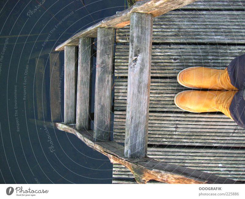 Gelbe Stiefel und Leiter Mensch Erwachsene gelb Gefühle Holz Traurigkeit See Stil lustig Fuß braun gold außergewöhnlich Design Fröhlichkeit authentisch