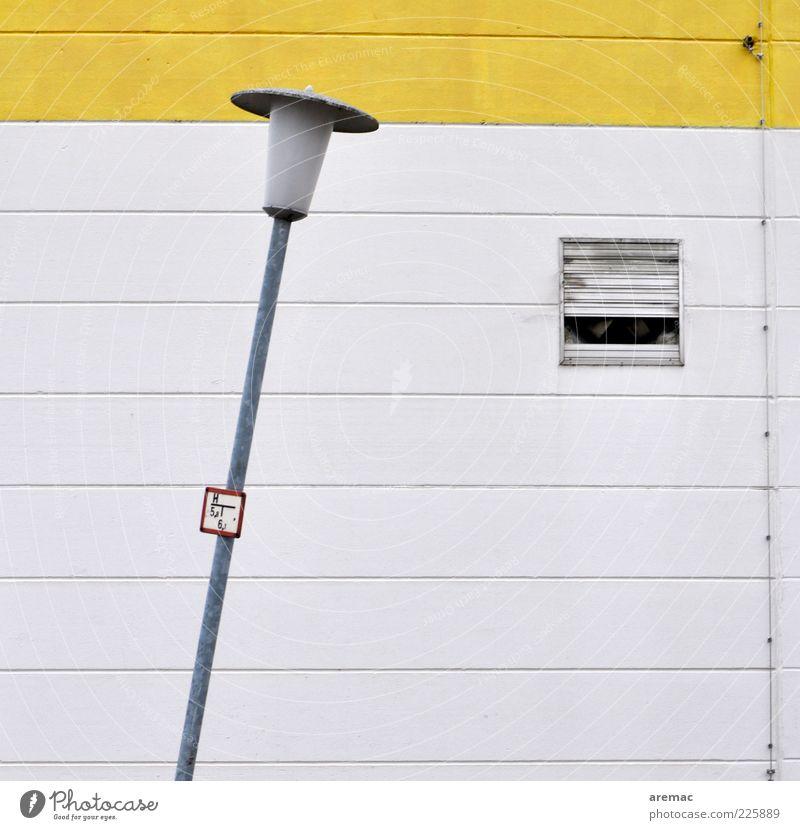 Schräglage Fabrik Bauwerk Architektur Mauer Wand Beton Zeichen gelb weiß Lampe Laterne Laternenpfahl Straßenbeleuchtung Farbfoto Außenaufnahme abstrakt