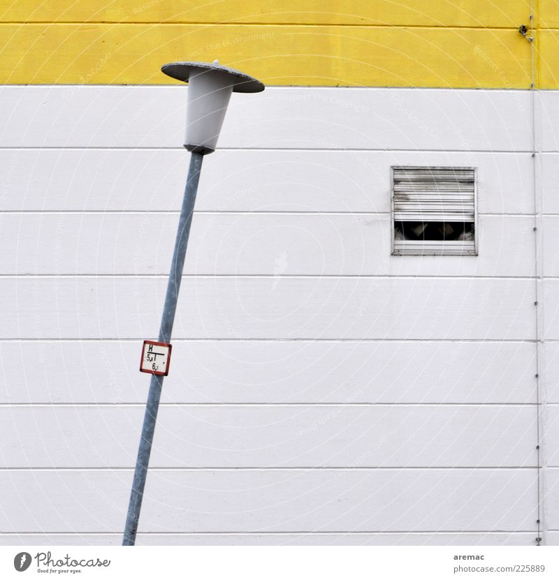 Schräglage weiß gelb Wand Architektur Mauer Lampe Fassade Beton Kabel Hinweisschild Fabrik Zeichen Bauwerk Laterne Straßenbeleuchtung