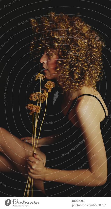 Künstlerisches Porträt einer jungen blonden Frau mit Blumen im Atelier elegant Stil Design Körper Haare & Frisuren Mensch feminin Junge Frau Jugendliche 1