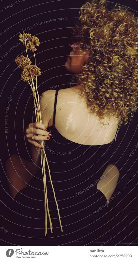 Studio-Porträt. Rückansicht einer dünnen blonden Frau elegant Stil Design schön Körper Haare & Frisuren Haut harmonisch Sinnesorgane Erholung ruhig Mensch
