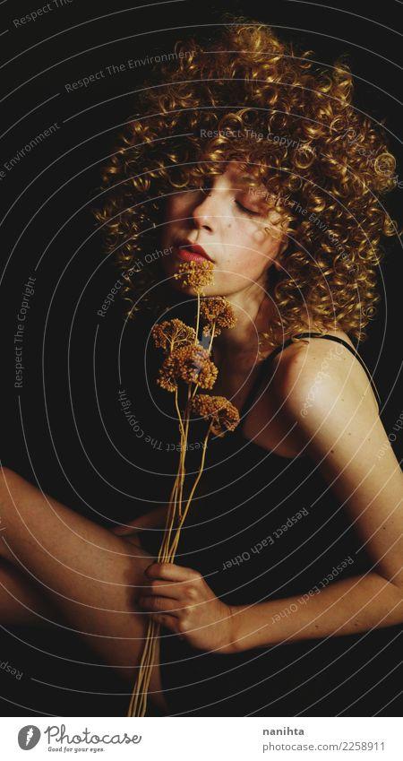 Künstlerisches Portrait einer jungen Frau, die getrocknete Blumen anhält elegant Stil schön Körper Haare & Frisuren Haut Gesicht Wellness harmonisch