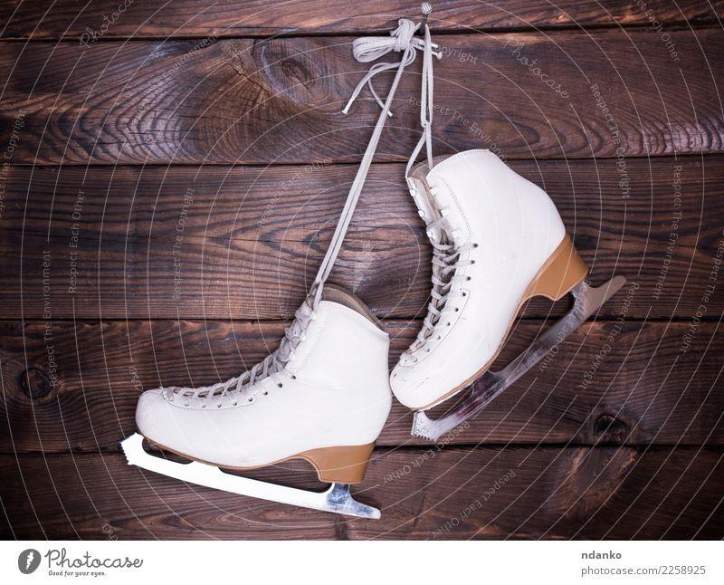 weiße weiße Lederschuhe der Frauen alt Winter Sport Holz braun Freizeit & Hobby retro Schuhe hängen Entwurf rustikal Wintersport erhängen Schlittschuhe