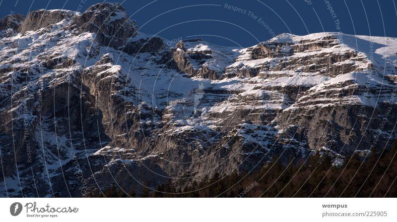 Felswand im Winter Natur Landschaft Himmel Wolkenloser Himmel Sonne Schönes Wetter Schnee Baum Felsen Alpen Berge u. Gebirge Gipfel Schneebedeckte Gipfel blau