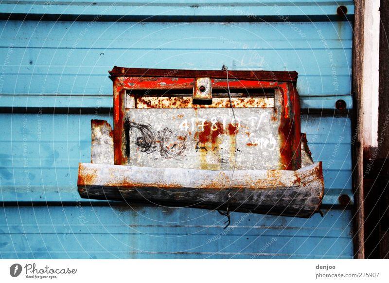 Briefkasten mal anders Post Rost trashig blau skurril Farbfoto Außenaufnahme Tag alt hängen eckig Wand Menschenleer Textfreiraum oben Textfreiraum unten