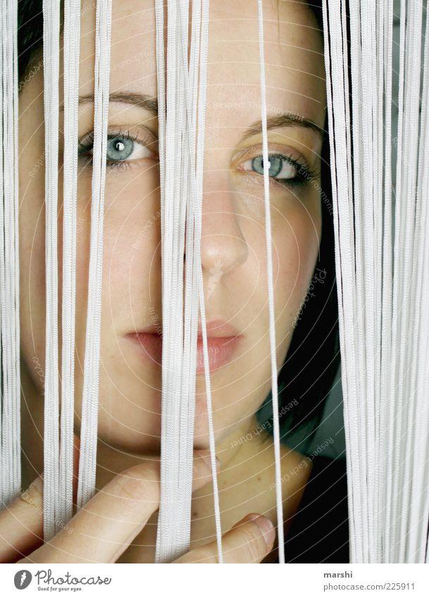 Hinter Gittern Mensch feminin Frau Erwachsene Kopf 1 Blick Vorhang verdeckt Blick nach vorn Innenaufnahme Porträt gefangen Farbfoto Gesicht Blick in die Kamera