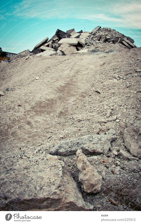 Arbeitsweg Himmel blau Wolken Umwelt Wege & Pfade grau Stein dreckig Beton Schönes Wetter Wandel & Veränderung Baustelle Spuren Material Stapel Haufen