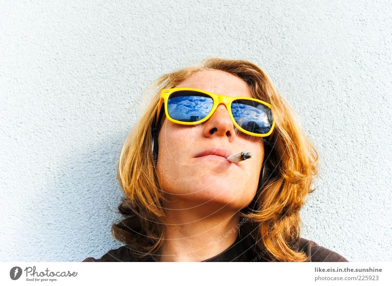 Verdammt coole sau. Mensch Jugendliche schön Gesicht Erholung feminin Kopf Haare & Frisuren Erwachsene träumen blond Fassade Coolness T-Shirt Rauchen Balkon