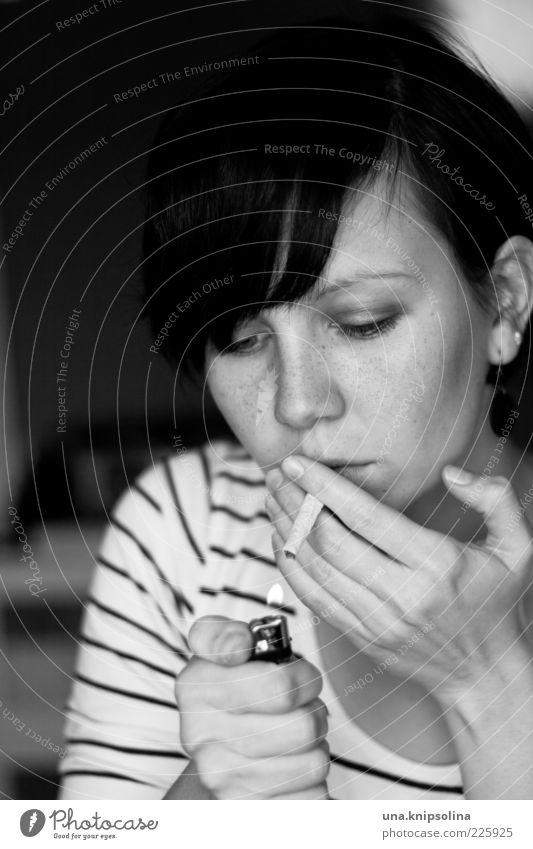 leben kann tödlich sein Mensch Frau Jugendliche Erwachsene feminin Feuer Lifestyle 18-30 Jahre Junge Frau Rauchen festhalten Rauschmittel Zigarette schwarzhaarig Laster anzünden