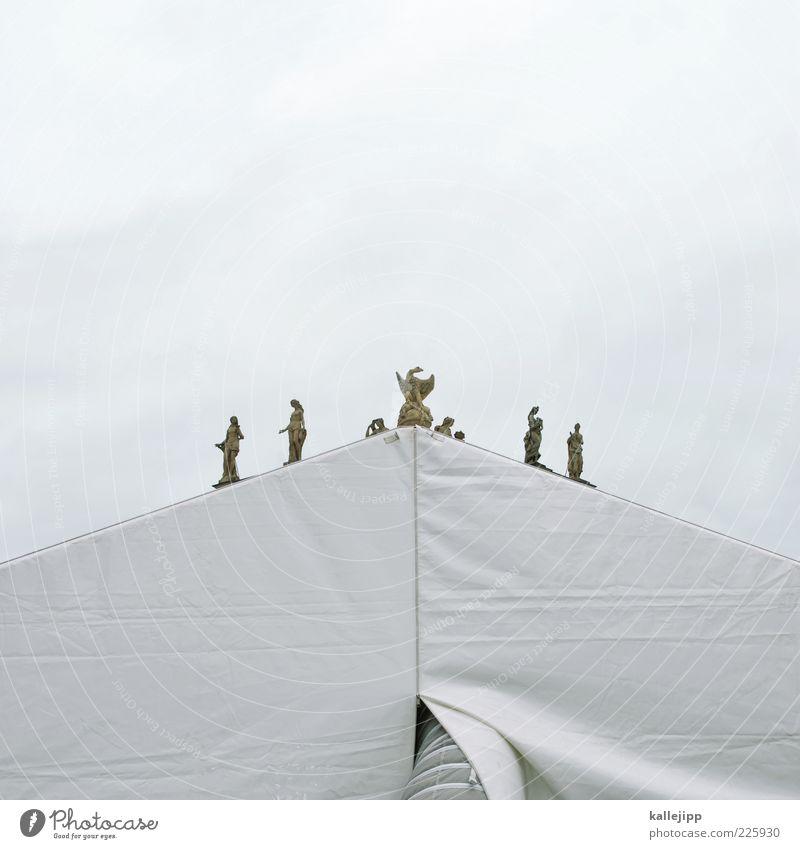 himmelszelt Kunst Kunstwerk Skulptur Theater weiß Zelt Stein Täuschung Adler Zinnen Dreieck Pyramide Geometrie Farbfoto Gedeckte Farben Außenaufnahme Experiment
