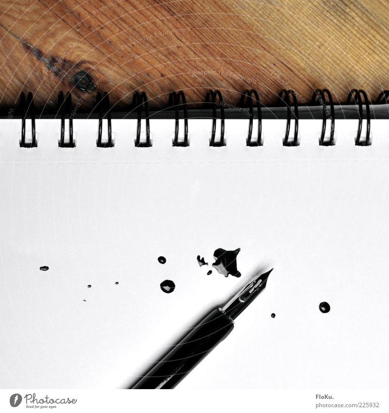 verschrieben weiß schwarz Holz braun glänzend wild Papier Schriftzeichen schreiben Flüssigkeit Schreibstift Zettel Fleck Ringbuchordner Tischplatte Tinte